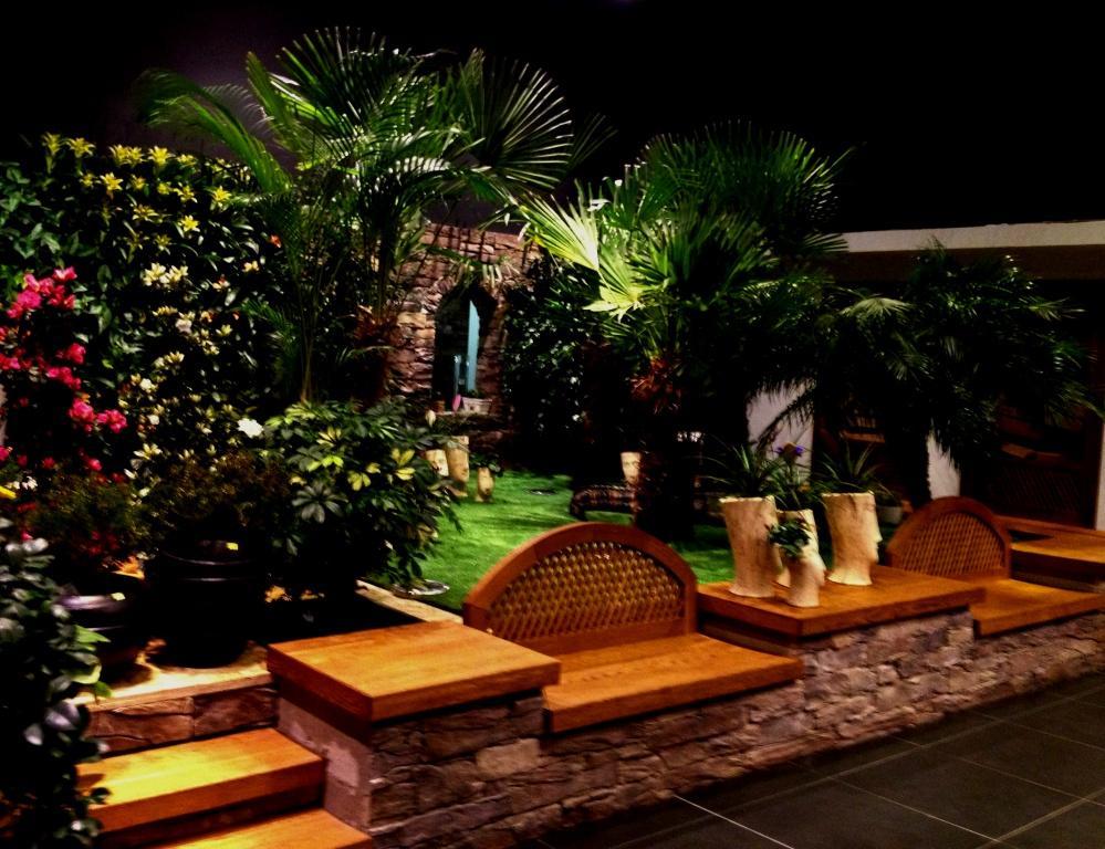 lavičky pod palmami-masív dub kartáčovaný,olej
