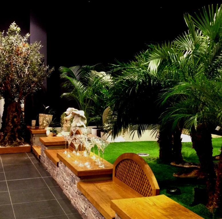 lavičky pod palmami